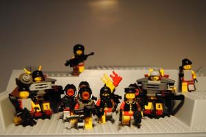 Beispiel- Einheit für BrikWars! auf einer LEGO Bodenplatte mit erhöhtem Profil. Waffen von Brickarms.