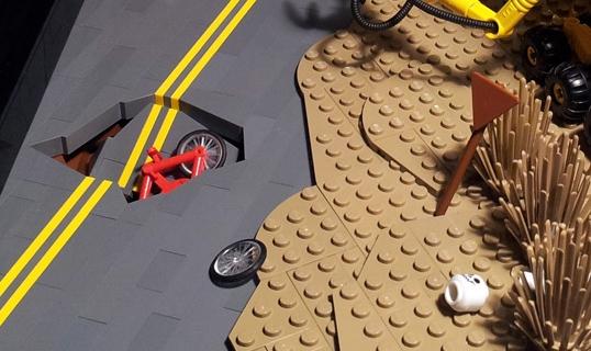 Ein nettes Detail: die einstürzende Straße, langsam vom Sand eingeholt