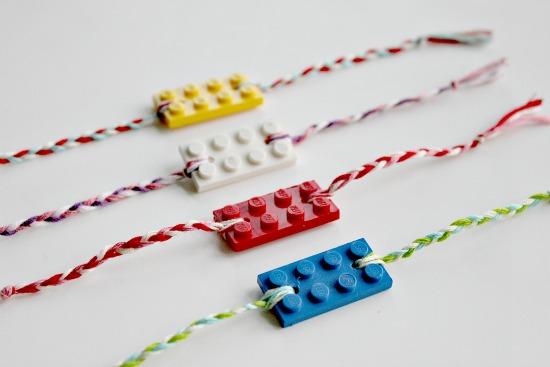 Freundschaftsband mit LEGO-Stein (gefunden bei thecentsiblelife.com)