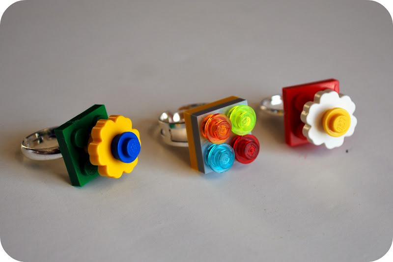 Ringe mit LEGO-Steinen verziert (gefunden bei chezbeeperbebe auf blogspot).