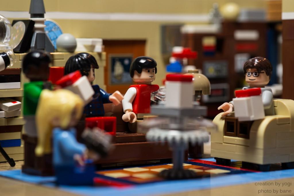 Raj, Penny, Howard, Sheldon und Leonard beim gemeinsamen Abendessen